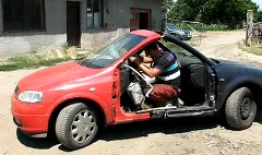 車のフロント同士を無理矢理くっつけちゃったニコイチ車の面白動画