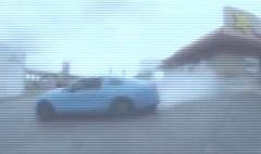 フォード マスタングがドライブスルーでドリフトしちゃう動画