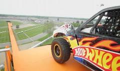 すげー!自動車で101mのジャンプ世界記録を飛んじゃった動画