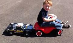 ちょっぴり笑える子供用足こぎカーをラジコンカーでを押しちゃう面白動画