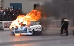 ドラッグレースのスタート直後にエンジンが爆発して燃えちゃう動画