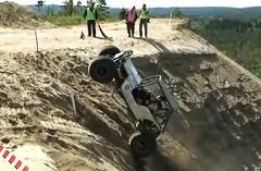 急角度の崖を車で登っちゃうエクストリームヒルクライム競技の動画