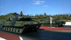 タンク vs タンク 本物の戦車同士がドラッグレースをしちゃう動画