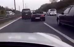 これは危険じゃないかい?3台のホンダ S2000 とミニ クーパーS が高速道路を爆走しちゃう動画