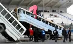 ジャンプしたスタントカーがバスに刺さっちゃう動画