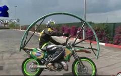 走りながらフロントフリップをしちゃうバイクの動画