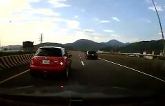マツダ アクセラが高速を暴走してたら事故っちゃった動画