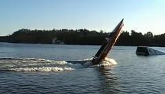 パワーボートが超ビンビンにウィリーしちゃう面白動画
