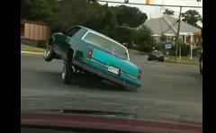 おっとっとって感じで交差点を曲がる車の動画