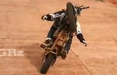 ノーハンドでウイリーしながらくるくる回っちゃうバイクの世界記録動画