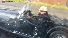 豪雨の中オープンカーでがんばってる車の動画