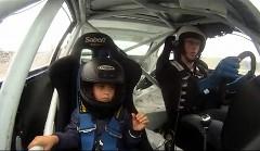 プロが運転するドリ車に乗せてもらった6歳の男の子の動画