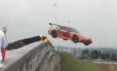 マツダ RX-7 を橋から落として破壊しちゃう動画