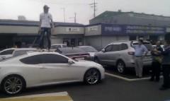 ヒュンダイ ジェネシスクーペを販売店の前で破壊しちゃう動画