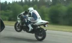 1500馬力 ランボルギーニ ガヤルド vs 350馬力 スズキ GSX-R1000 ターボ 加速対決動画