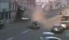 爆走中の日産 GT-R が6台もの車を巻き込む大事故を起こしちゃう動画