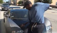 ブガッティ ヴェイロンを解説したがる男が車を傷つけそうになっちゃう動画