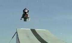 スノーモービルで110mの大ジャンプを成功させちゃう動画