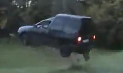 田舎道でジャンプに挑戦しちゃう動画
