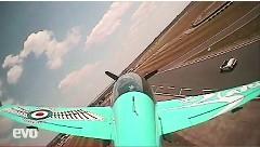 ランボルギーニ ガヤルドとスタント飛行機が共演しちゃう動画