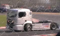 トラック達が迫力のドリフトを披露しちゃうトラックドリフト大会の動画