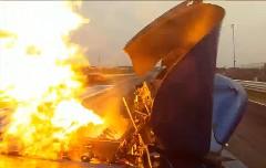 ドラッグレース中に突然エンジンが爆発しちゃう動画