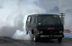 1000馬力のトヨタ ハイエースのバーンアウト&クラッシュ動画