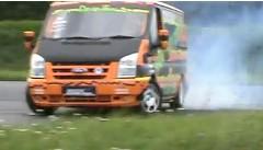 フォードの貨物用バン トランジットが迫力のドリフトをしちゃう動画