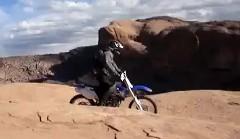 すごっ!崖の横を普通に渡っちゃうバイクの動画