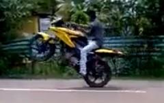 公道でバイクスタントを練習してたら事故っちゃった動画