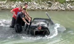 すげー!深い川をものともせずに走るオフロードカーの動画
