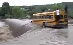 そこ渡っちゃうんすか!急流を横切るバスの動画