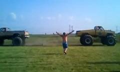 もう引っぱらないで~!モンスタートラック同士で綱引きしてたら壊れちゃった面白動画