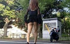 おぉおおぉ?! ミニスカでスクーターにカッコよく乗り降りしちゃう動画