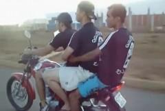3人乗りのバイクでウイリーしようとしたら失敗しちゃった面白動画