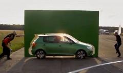 すごっ!見事なテクニックでピタっと止めちゃうドリフト駐車の動画
