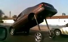 なげー!足が超長いトヨタ カムリが公道を走っちゃう面白動画