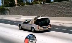 この手があったか!セダンでタイヤをたくさん運ぶ方法が分かる面白動画