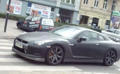 笑撃!道路を滑るように走っちゃう日産 GT-R の動画