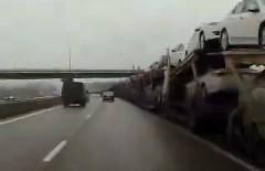 ながっ!キャリアカーの車列がどこまでも続いちゃう動画