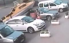 陸上なのに船が車に突っ込んでくる動画