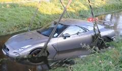 川に落ちちゃった日産 GT-R を引き上げてる動画