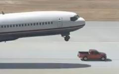 日産 フロンティアがジャンボジェット機の車輪代わりになっちゃう面白CM動画