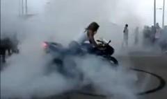 バーンアウトで綺麗な円を描いちゃう派手だけど地味なバイクの動画