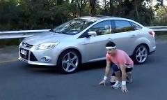 なんだこれw 人間 vs フォード フォーカス 燃費対決をしちゃう動画