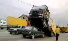 トラックがウイリーしちゃうカースタントショーの動画 他
