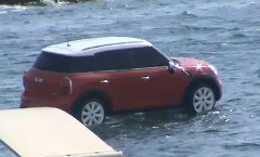 どーなってんの?ミニが海の上にたたずんでる動画