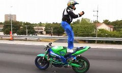 スゲー!高速道路を走行中のバイクに後ろ向きに立っちゃう動画