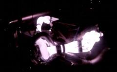 紫色のエキゾーストパイプが美しい!エンジンベンチルームを暗くしてみた動画
