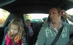 911のエンジンが後ろにある事をパパが娘に教えている動画